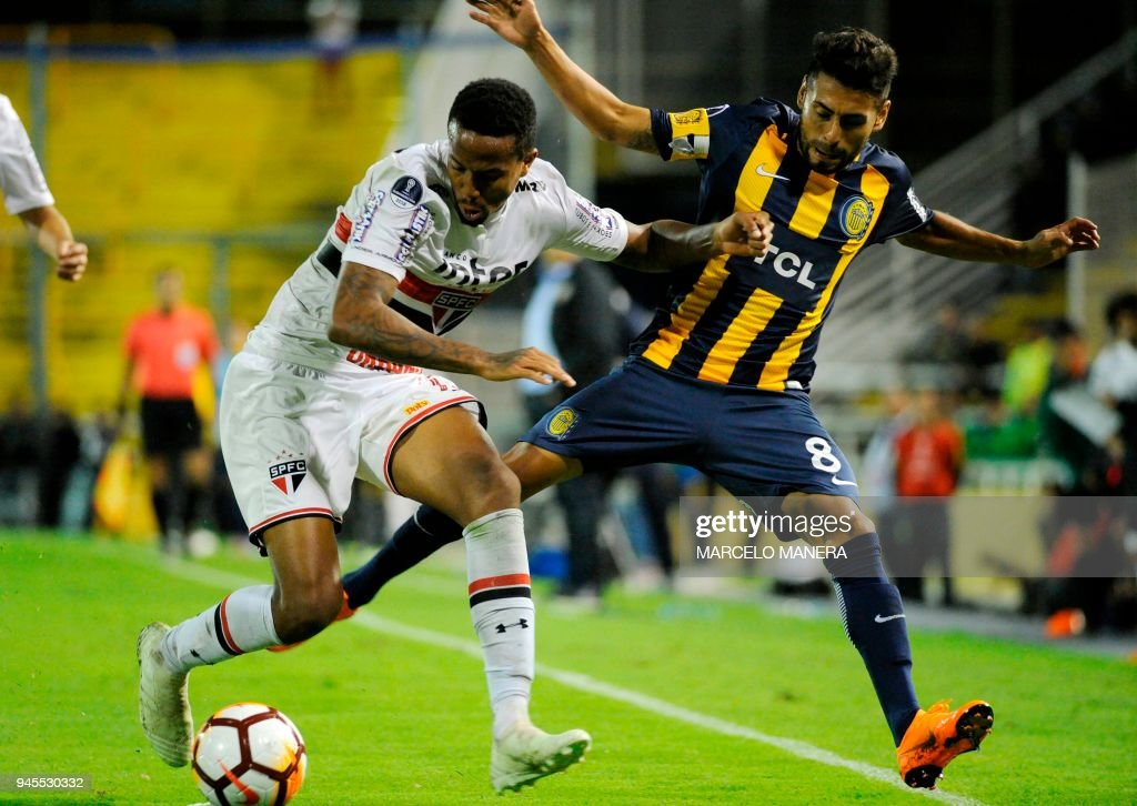 Eder Militao (L)of Brazilian Sao Paulo de Brasil vies for the ball with Federico Carrizo of Argentinian Rosario Central during a Copa Sudamericana 2018 football match at the Gigante de Arroyito stadium in Rosario, Argentina on April 12, 2018. /