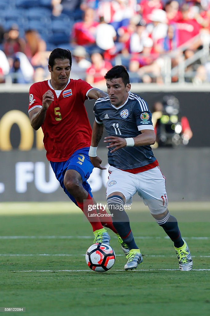Edgar Benitez of Paraguay (R) battles for the ball with Celso Borges (L) of Costa Rica during a group A match between Costa Rica and Paraguay at Camping World Stadium l as part of Copa America Centenario US 2016 on June 04, 2016 in Orlando, Florida, US. (Photo by Scott Iskowitz/LatinContent/Getty Images) Edgar Benitez; Celso Borges