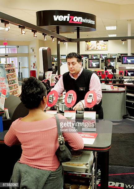 Edgar Bernel talks with customer LaDonna Mays at a Verizon kiosk inside a Circuit City store April 12 2006 in Chicago Illinois Circuit City reported...