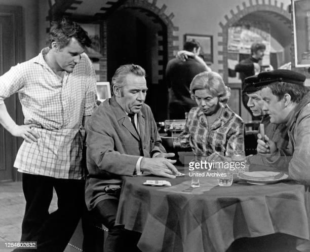 """Edgar Bessen, Heidi Kabel und Peter Frankenfeld in der NDR Fernsehshow """"Hamburg Ahoi"""", Deutschland Ende 1960er Jahre."""