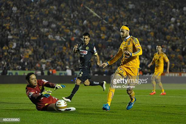 Edgar Lugo of Tigres attempts to score over Moises Muñoz goalkeeper of America during a Final first leg match between Tigres UANL and America as part...