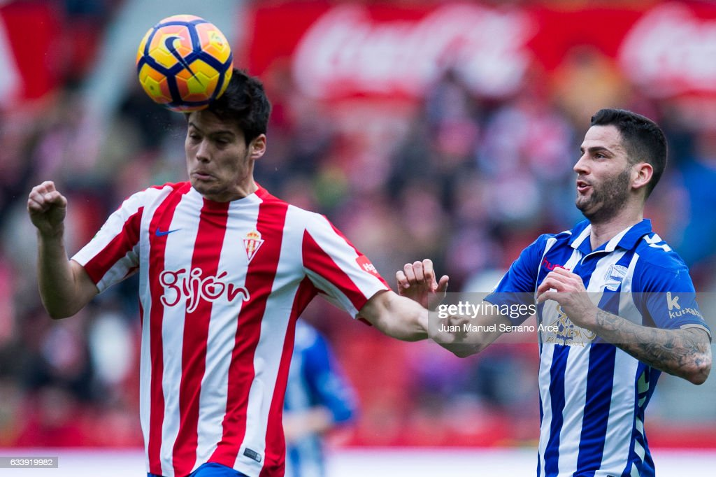 Edgar Mendez of Deportivo Alaves duels for the ball with Jorge Mere of Real Sporting de Gijon during the La Liga match between Real Sporting de Gijon and Deportivo Alaves at Estadio El Molinon on February 5, 2017 in Gijon, Spain.