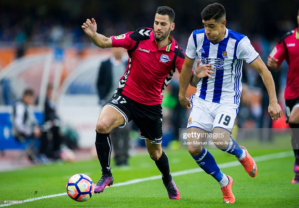 Edgar Mendez of Deportivo Alaves duels for the ball with Yuri Berchiche of Real Sociedad during the La Liga match between Real Sociedad de Futbol and Deportivo Alaves at Estadio Anoeta on October 22, 2016 in San Sebastian, Spain.