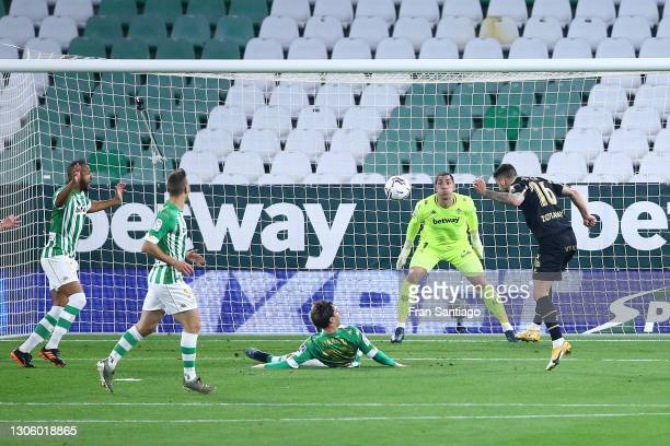 Edgar Mendez of Deportivo Alaves scores their side's second goal during the La Liga Santander match between Real Betis and Deportivo Alavés at...