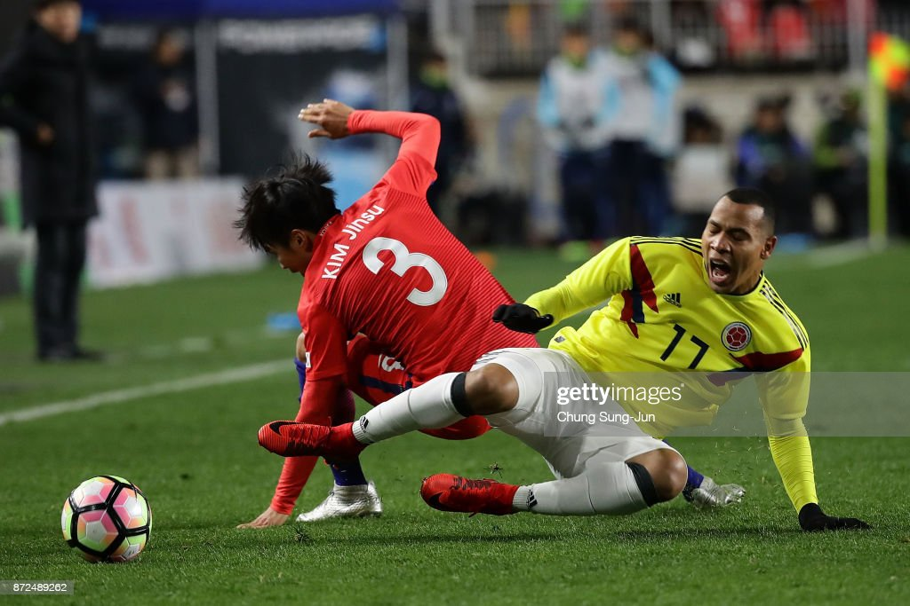 Edgar Pardo of Colombia compete for the ball with Kim Jin-Su of South Korea during the international friendly match between South Korea and Colombia at Suwon World Cup Stadium on November 10, 2017 in Suwon, South Korea.