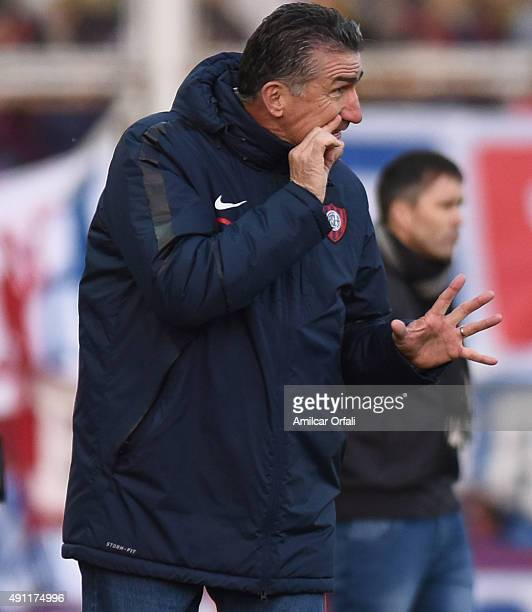 Edgardo Bauza coach of San Lorenzo gives instructions to his players during a match between San Lorenzo and Rosario Central as part of 27th round of...