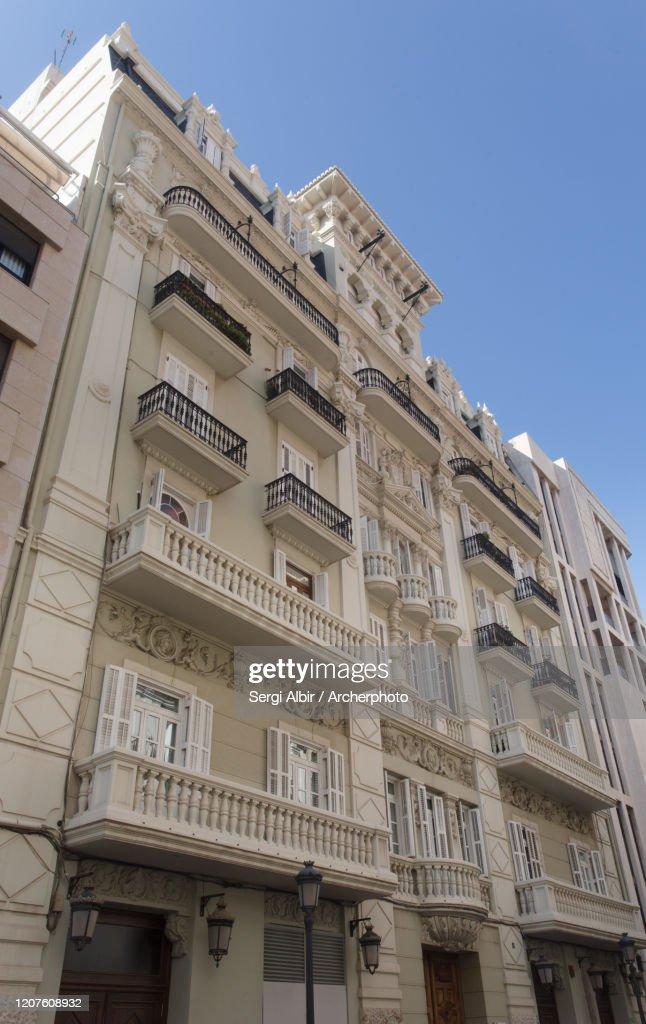 Edificio de Francesc Mora, sede del Colegio de Economistas de Valencia, vista lateral. : ストックフォト
