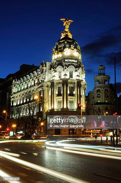 edificio metrópolis en la hora azul - gran via madrid fotografías e imágenes de stock