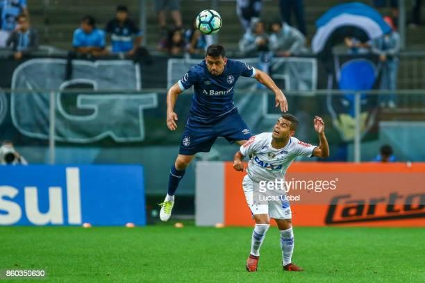 Edilson of Gremio battles for the ball against Alisson of Cruzeiro during the match Gremio v Cruzeiro as part of Brasileirao Series A 2017 at Arena...