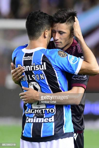 Edilson of Gremio greets Rolando Garcia Guerreño of Lanus after the second leg match between Lanus and Gremio as part of Copa Bridgestone...