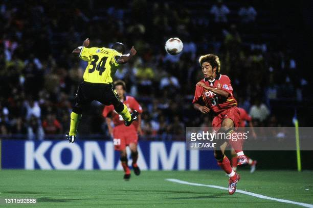 Edilson of Kashiwa Reysol heads to score his side's first goal during the J.League J1 second stage match between Kashiwa Reysol and Nagoya Grampus...