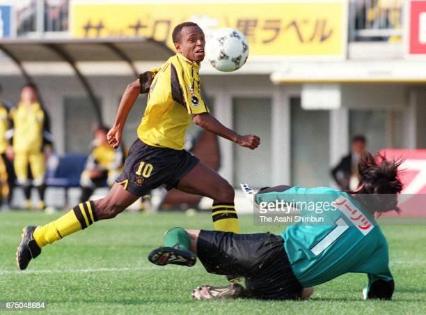 Edilson of Kashiwa Reysol shoots at goal during the JLeague match between Kashiwa Reysol and Vissel Kobe at Hitachi Kashiwa Soccer Stadium on April...