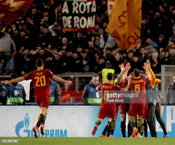 Edin Dzeko and his teammates of AS Roma celebrate after scoring the opening goal during the UEFA Champions League Round of 16 Second Leg match...