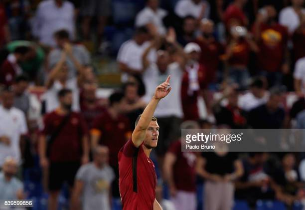 Edin Dzeko of AS Roma celebrates after scoring the opening goal during the Serie A match between AS Roma and FC Internazionale on August 26 2017 in...