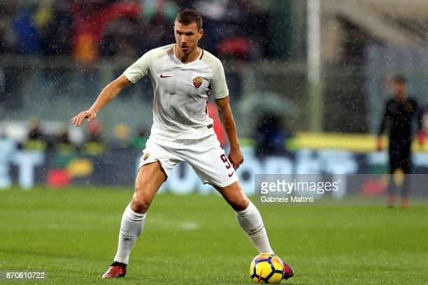 Edin Dzeko of AS Roma in action during the Serie A match between ACF Fiorentina and AS Roma at Stadio Artemio Franchi on November 5 2017 in Florence...