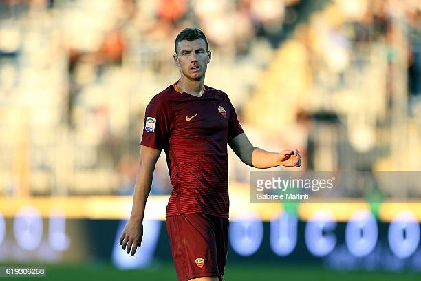 Edin Dzeko of AS Roma in action during the Serie A match between Empoli FC and AS Roma at Stadio Carlo Castellani on October 30 2016 in Empoli Italy