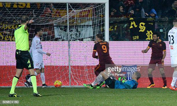 Edin Dzeko of AS Roma scores his team's second goal during the Serie A match between Carpi FC and AS Roma at Alberto Braglia Stadium on February 12,...
