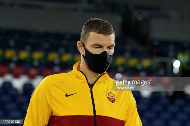 Edin Dzeko of AS Roma wears the mask during the Serie A match between AS Roma and ACF Fiorentina at Stadio Olimpico on November 1, 2020 in Rome,...