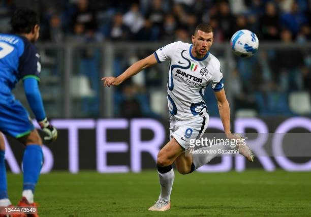 Edin Dzeko of FC Internazionale scores their team's first goal during the Serie A match between US Sassuolo v FC Internazionale at Mapei Stadium -...