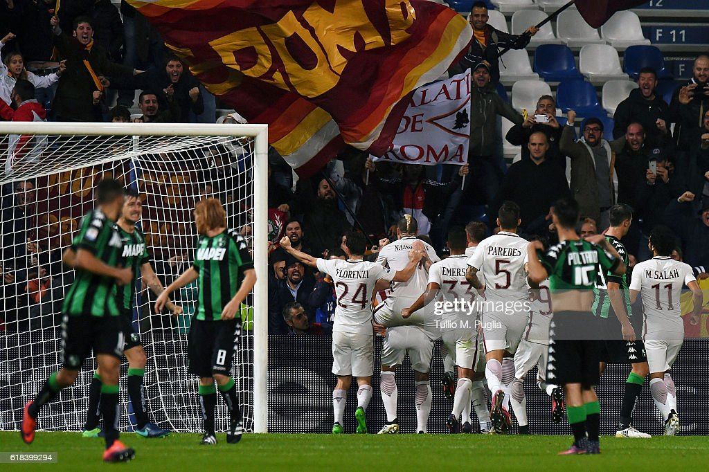 Edin Dzeko of Roma celebrates after scoring the a penalty (1-2) during the Serie A match between US Sassuolo and AS Roma at Mapei Stadium - Citta' del Tricolore on October 26, 2016 in Reggio nell'Emilia, Italy.