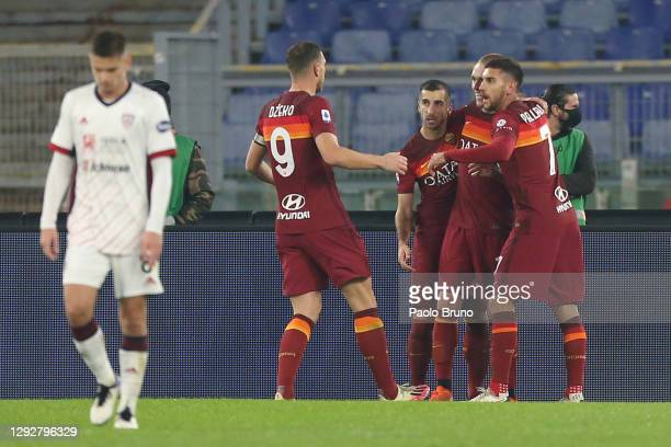 Edin Dzeko of Roma celebrates with Lorenzo Pellegrini and team mates after scoring their sides second goal during the Serie A match between AS Roma...