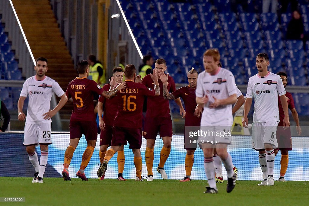 Edin Dzeko of Roma scores his team's third goal during the Serie A match between AS Roma and US Citta di Palermo at Stadio Olimpico on October 23, 2016 in Rome, Italy.