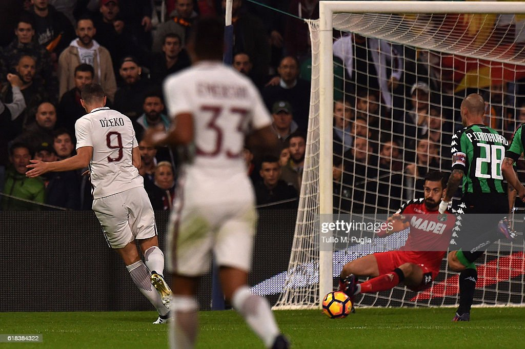 Edin Dzeko of Roma scores the equalizing goal during the Serie A match between US Sassuolo and AS Roma at Mapei Stadium - Citta' del Tricolore on October 26, 2016 in Reggio nell'Emilia, Italy.