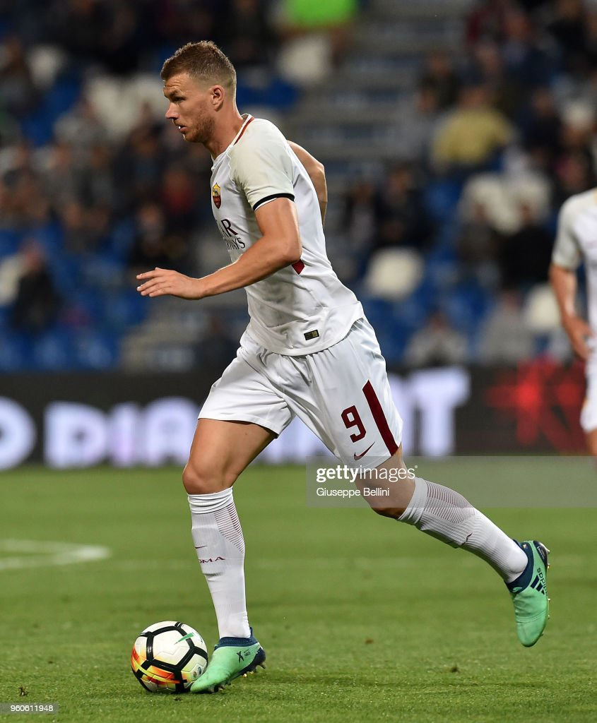 Edin Dzrko of AS Roma in action during the serie A match between US Sassuolo and AS Roma at Mapei Stadium - Citta' del Tricolore on May 20, 2018 in Reggio nell'Emilia, Italy.