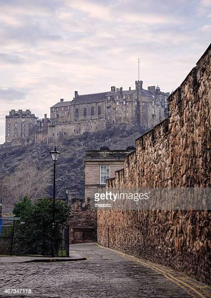castello di edimburgo e mura della città da sud - theasis foto e immagini stock