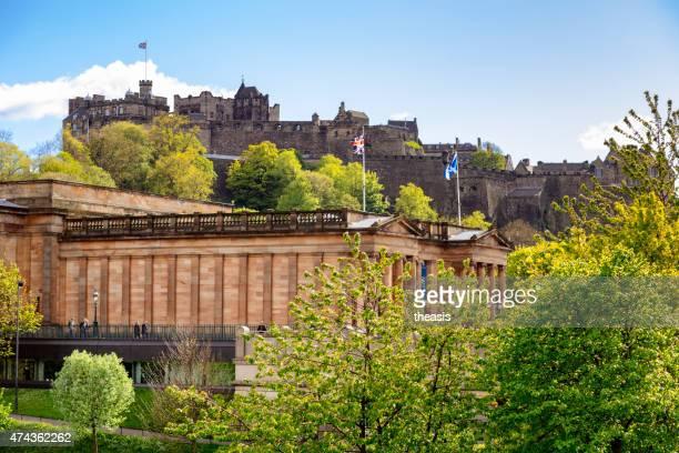 castello di edimburgo e scottish national gallery - theasis foto e immagini stock