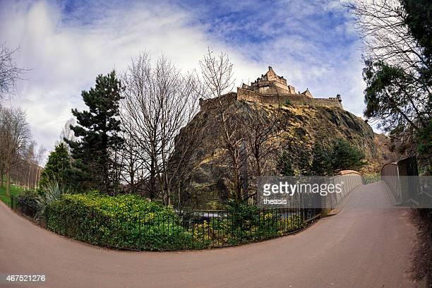 edinburgh castle from princes street gardens - theasis stockfoto's en -beelden