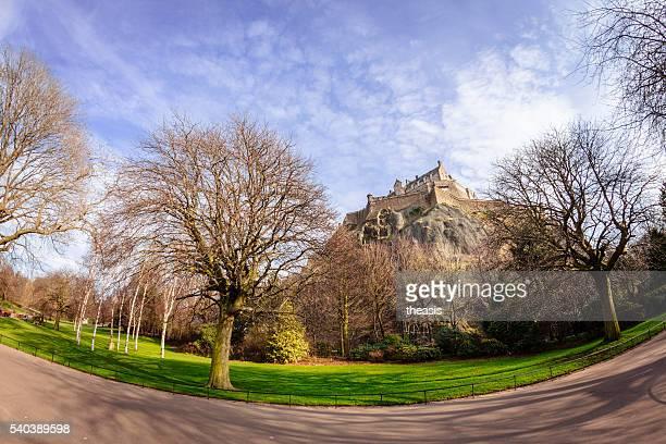 el castillo de edimburgo y a la calle princes street gardens - theasis fotografías e imágenes de stock