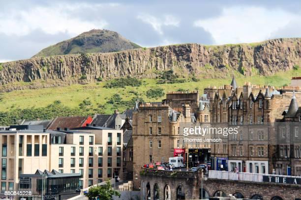 edinburgh cityscape and arthur's seat, scotland - edinburgh scotland stock-fotos und bilder