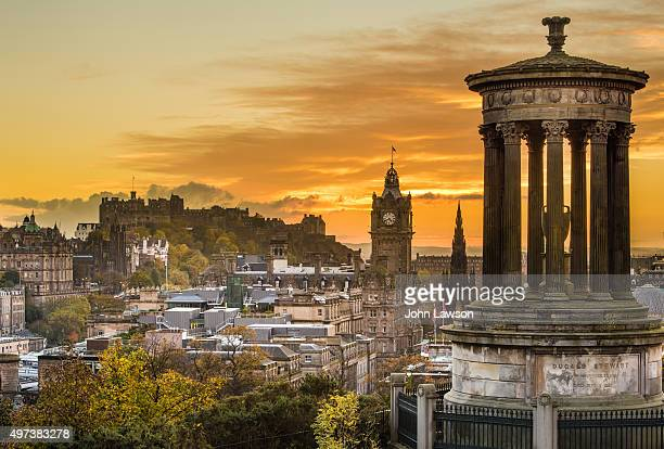 edinburgh cityscape sunset - schotland stockfoto's en -beelden