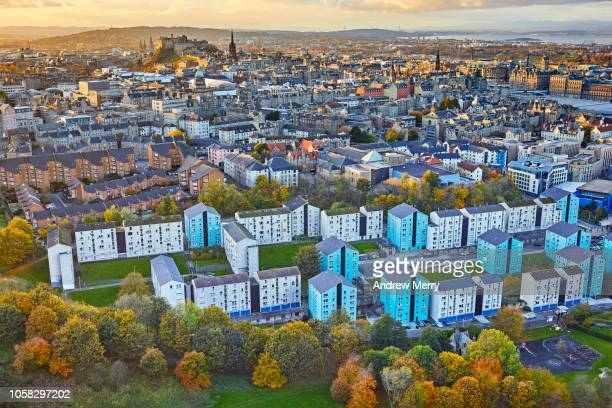 edinburgh cityscape, urban skyline view across dumbiedykes flats towards edinburgh castle from salisbury crags, holyrood park - edinburgh castle stock pictures, royalty-free photos & images