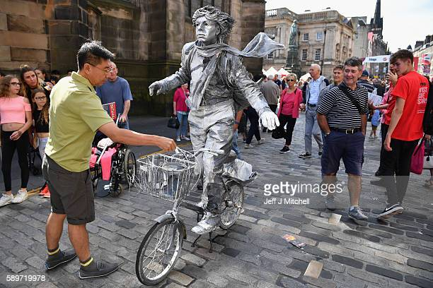 Edinburgh Festival Fringe entertainers perform on the Royal Mile on August 15 2016 in Edinburgh Scotland The fringe remains the largest performing...