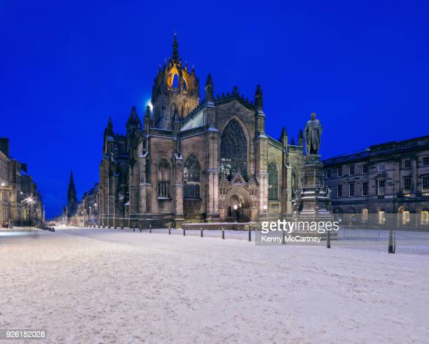 edinburgh - snowy st. giles cathedral - presbyterianisme stockfoto's en -beelden