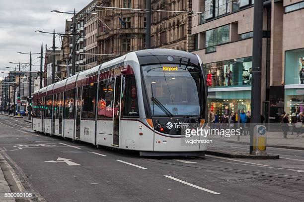 tranvías de edimburgo y a la calle princes street personas en el tranvía - new town edinburgh fotografías e imágenes de stock