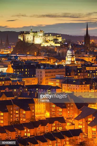edinburgh's old town at nightfall - エディンバラ城 ストックフォトと画像