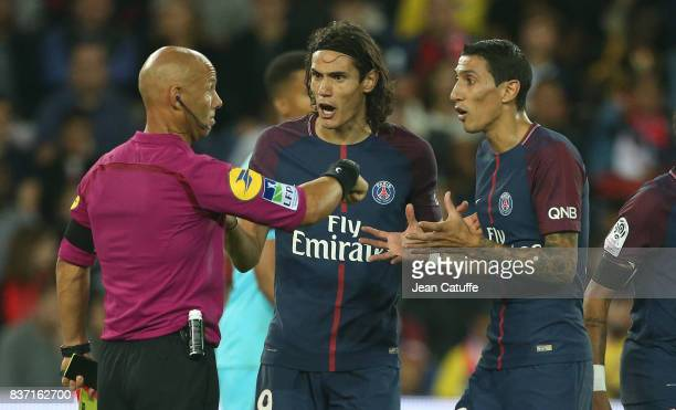 Edinson Cavani and Angel Di Maria of PSG argue with referee Amaury Delerue during the French Ligue 1 match between Paris Saint Germain and Toulouse...