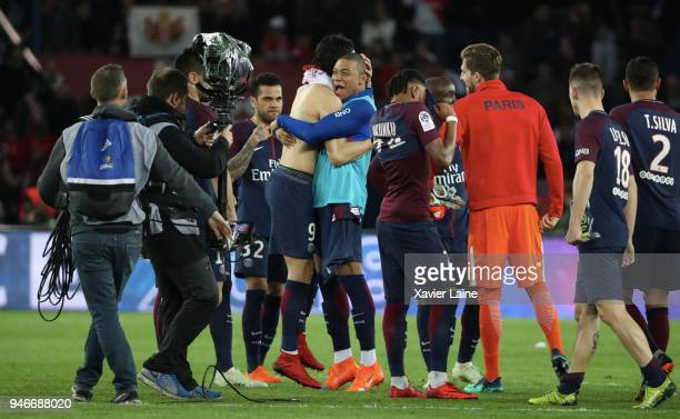 Edinson Cavani Kylian Mbappe and teammattes of Paris SaintGermain celebrate the championship victory after the Ligue 1 match between Paris Saint...