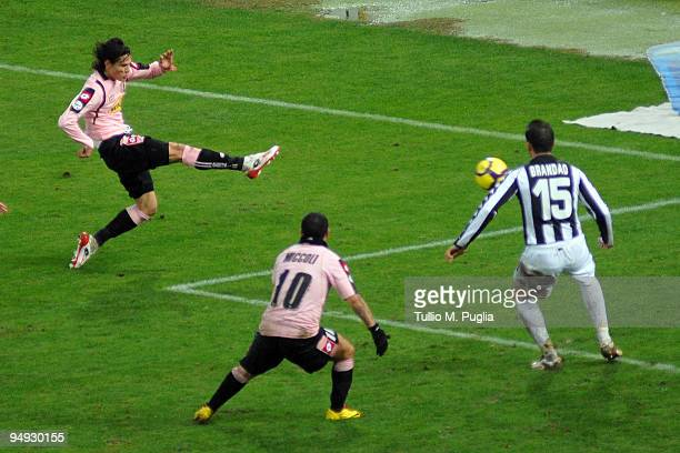 Edinson Cavani of Palermo scores the opening goal during the Serie A match between US Citta di Palermo and AC Siena at Stadio Renzo Barbera on...