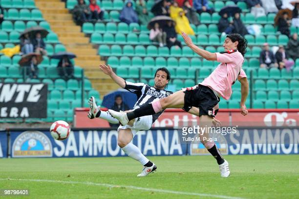 Edinson Cavani of Palermo scores the opening goal during the Serie A match between AC Siena and US Citta di Palermo at Stadio Artemio Franchi on May...