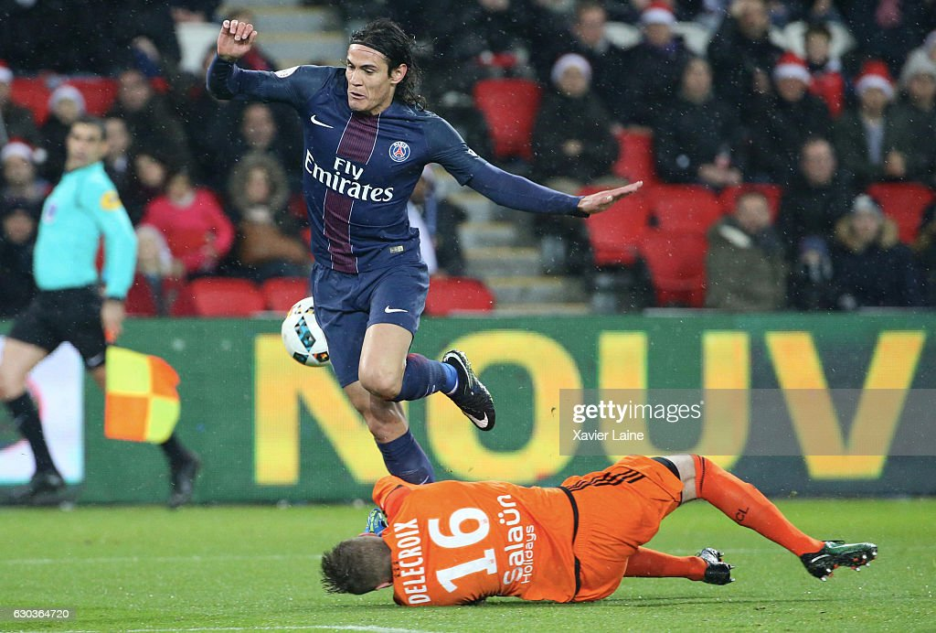 Edinson Cavani of Paris Saint-Germain in action during the French Ligue 1 match between Paris Saint-Germain and FC Lorient at Parc des Princes on December 21, 2016 in Paris, France.
