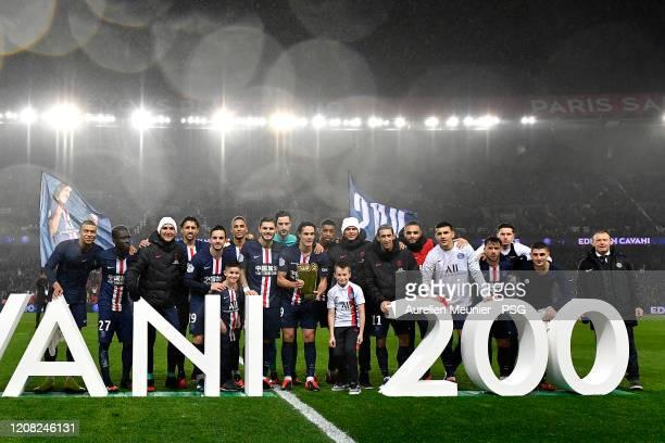 Edinson Cavani of Paris Saint-Germain poses with teammates to celebrate his 200th goal with Paris Saint-Germain after the Ligue 1 match between Paris...
