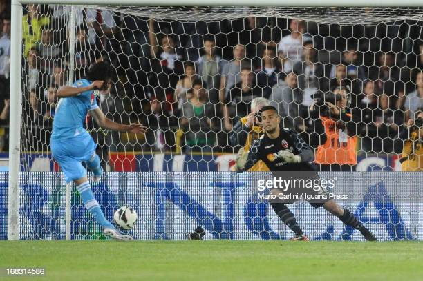 Edinson Cavani of SSC Napoli scores his team's second goal from the penalty spot during the Serie A match between Bologna FC and SSC Napoli at Stadio...