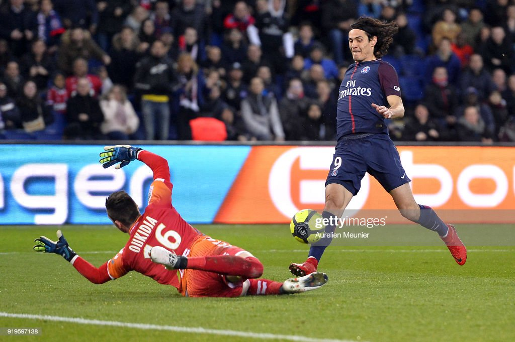 Edinson Cavani scores during the Ligue 1 match between Paris saint-Germain and Strasbourg at Parc des Princes on February 17, 2018 in Paris, France.