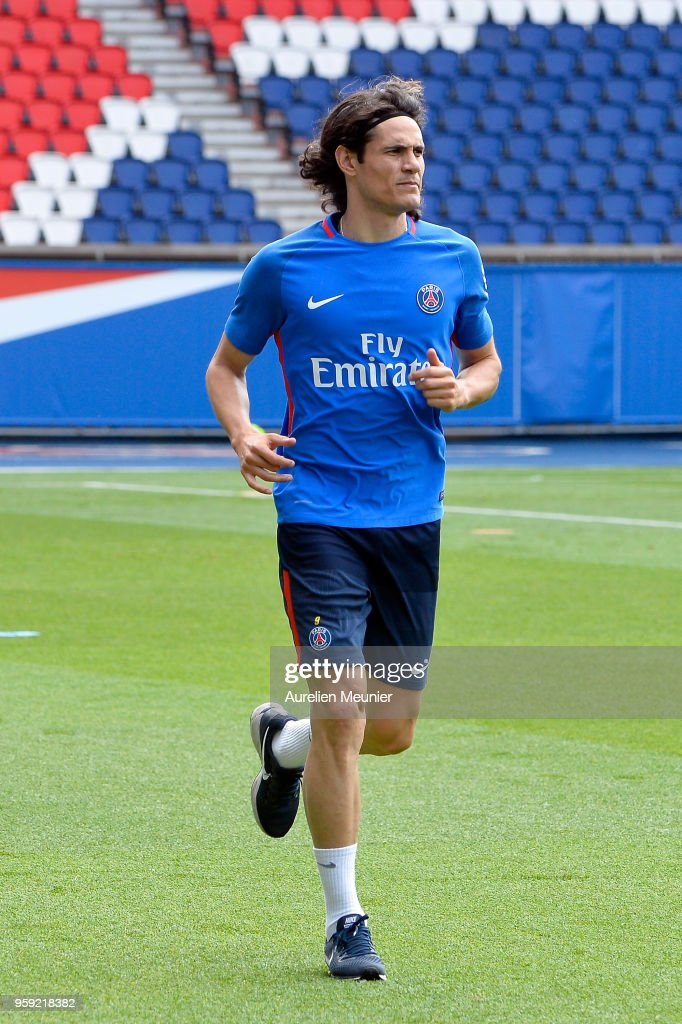 Edinson Cavani warms up during a Paris Saint-Germain training session at Parc des Princes on May 16, 2018 in Paris, France.