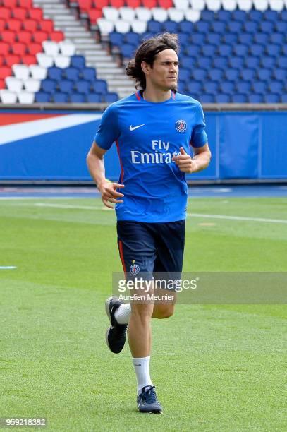 Edinson Cavani warms up during a Paris SaintGermain training session at Parc des Princes on May 16 2018 in Paris France