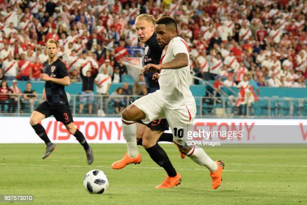 Edison Flores against attack against Domagoj Vida who could not contain it and thus scored the second goal for the Peruvian team The Croatian...